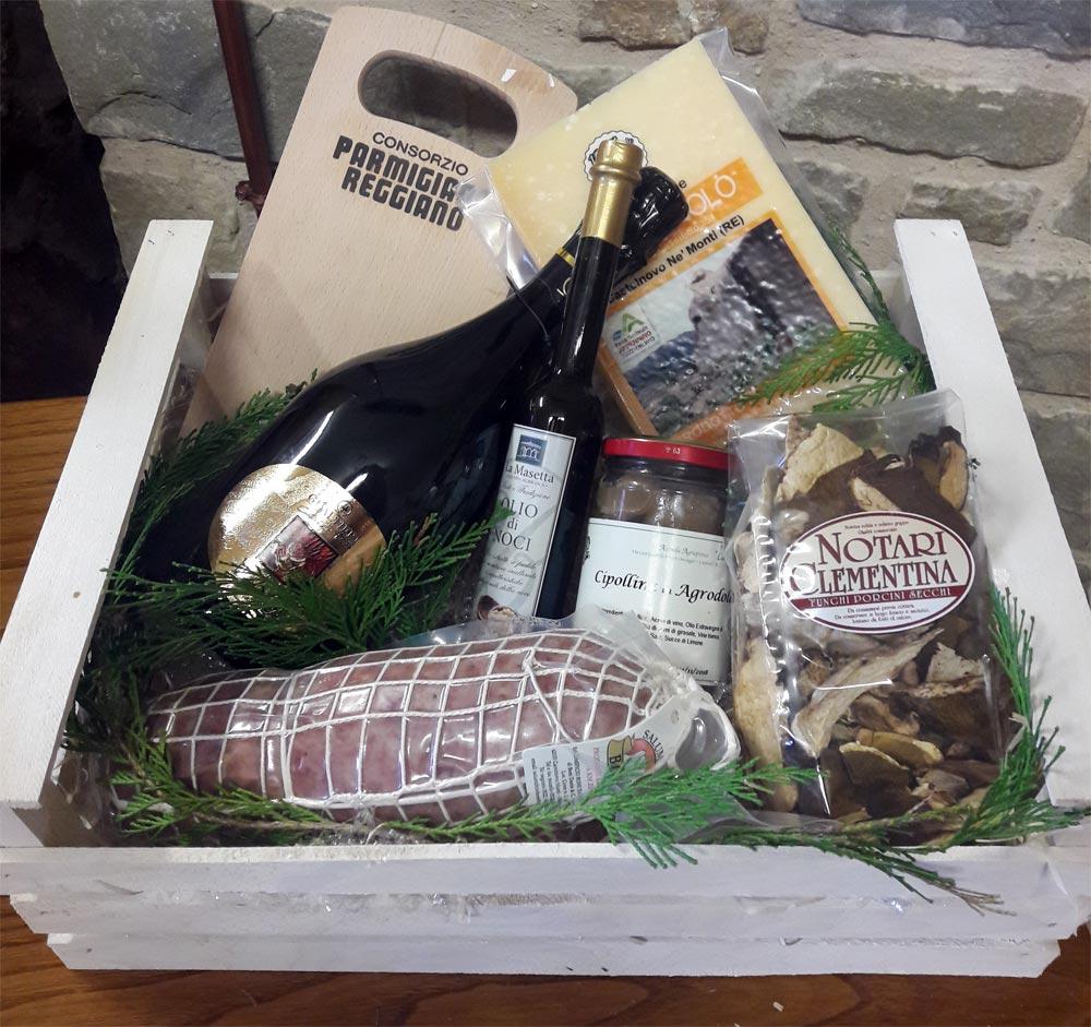 Confezione regalo cassetta in legno con Parmigiano Reggiano DOP e altri prodotti tipici di montagna