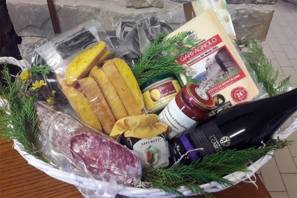 Cesto regalo con Parmigiano Reggiano, salame, Savurett e altri prodotti tipici