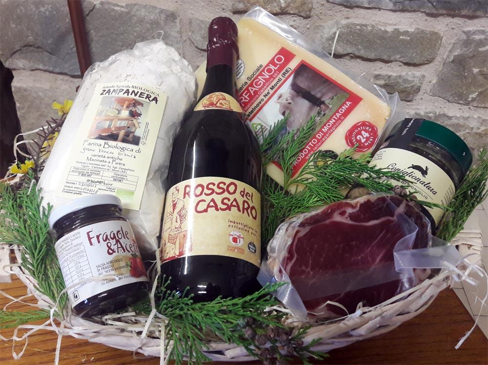 Pacco regalo con Parmigiano Reggiano, coppa, lambrusco e altri prodotti tipici