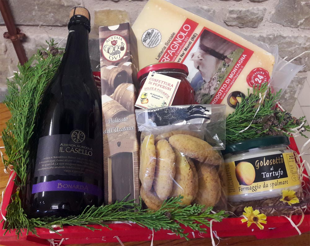 Pacco regalo strenna natalizia con Parmigiano Reggiano, aceto balsamico, bonarda, crema spalmabile Golosetto