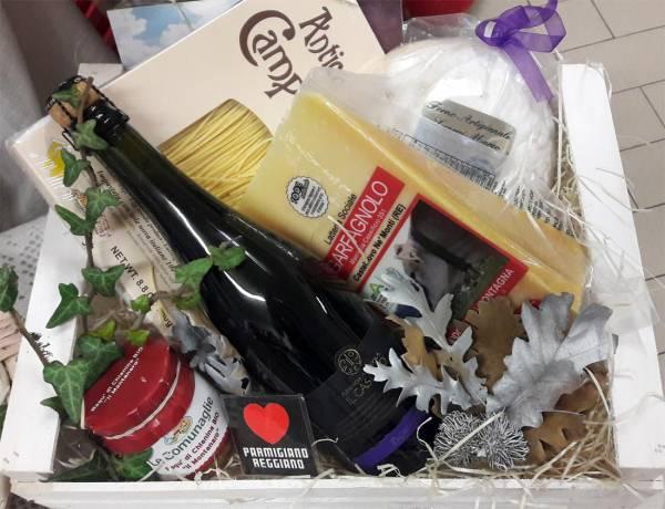 Confezione regalo con Parmigiano Reggiano e altri prodotti tipici di appennino in cassetta di legno bianca