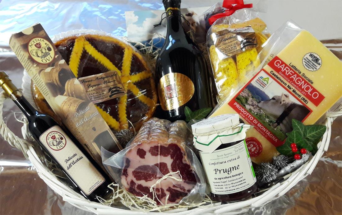 Confezione regalo con Parmigiano Reggiano, aceto balsamico e altri prodotti tipici di appennino