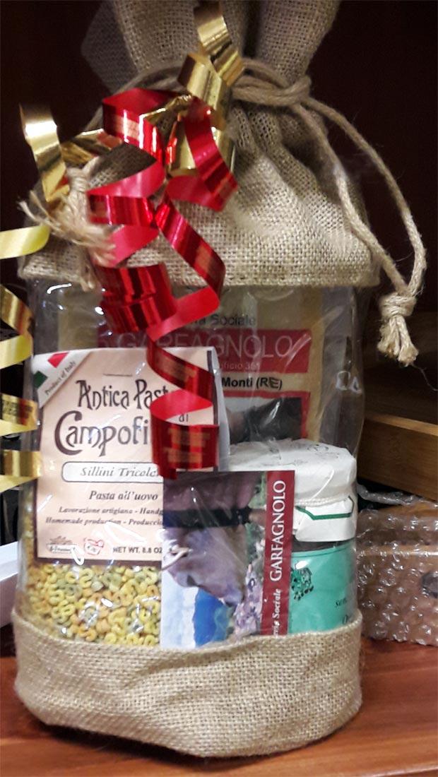 Confezione natalizia con Parmigiano Reggiano DOP in sacchetto di iuta e altri prodotti tipici