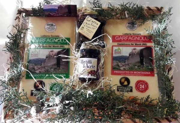 Pacco regalo cesto in vimini con due punte di Parmigiano Reggiano diverse stagionature e gelatine di aceto balsamico