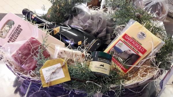 Confezione regalo con Parmigiano Reggiano, lardo, lambrusco e altri prodotti tipici di appennino