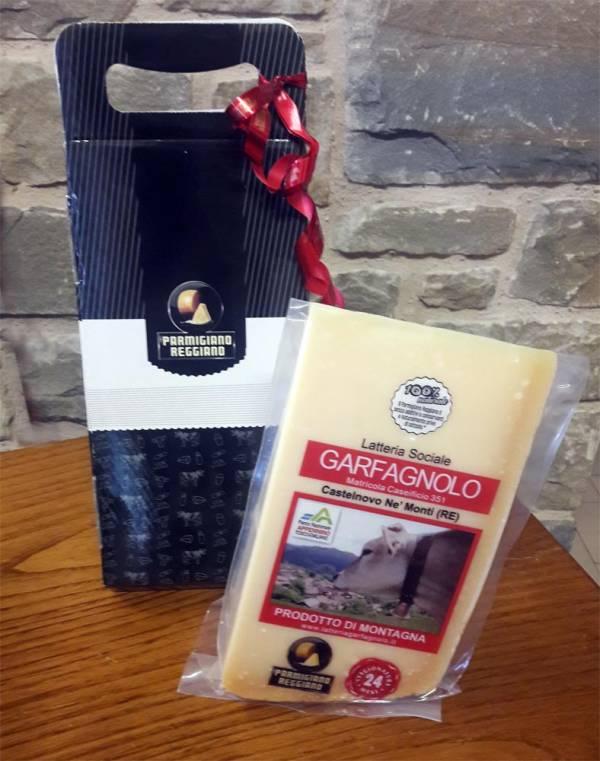 Confezione regalo con Parmigiano Reggiano e coltellino in triangolo di cartone col logo Parmigiano Reggiano